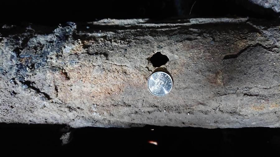 其中1條管線因在箱涵中加速鏽蝕,出現10元硬幣大的破孔,幸好幾年前業者發現輸送異常,已自行廢管不再送料。(林宏聰翻攝)