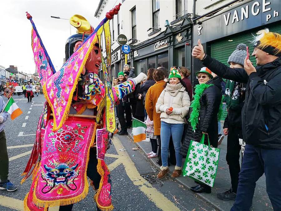 3月17日是聖派翠克節,深具台灣特色的電音三太子也參與了愛爾蘭的聖派翠克節遊行,與民眾互動。(駐愛爾蘭代表處提供)中央社記者戴雅真倫敦傳真  108年3月18日