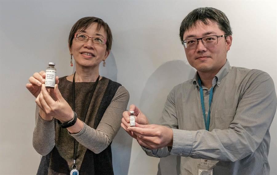巨生生醫公司總經理王先知(左)和處長邱奕翔(右)分持以奈米技術開發的「缺鐵性貧血注射鐵劑」和「磁振造影診繼用顯影劑」,這2種新藥均進入第二期臨床實驗。(羅浚濱攝)