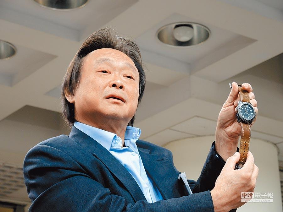 民進黨台北市議員王世堅17日說,「國民黨對不起韓國瑜!」要就光明磊落把韓國瑜抬出來,直接主帥親征2020決一死戰;圖為他買表回贈韓冰父女。(本報資料照片)