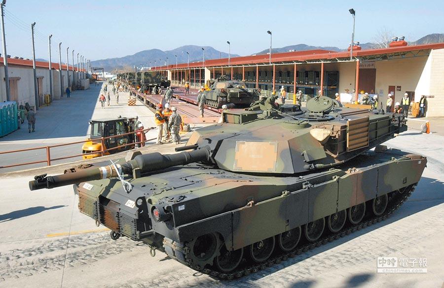美國即將宣布售我M1戰車。圖為2011年在加州即將送往南韓服役的M1坦克。(美聯社)