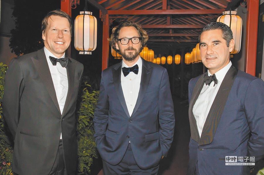 梵克雅寶「Treasure of Rubies」展,亞太區總裁NicolasLuchsinger(左起)、全球總裁及首席執行官Nicolas Bos以及東南亞區及澳洲董事總經理Hugues de Pins開心合影。(梵克雅寶提供)