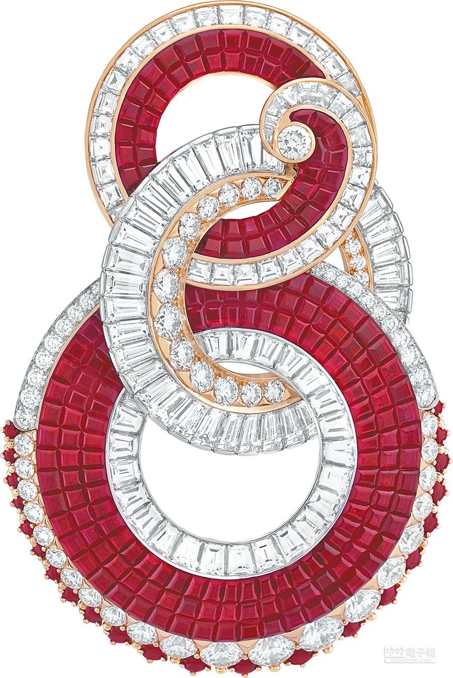 梵克雅寶Etreinte胸針為擁抱主題,看來卻有華人最愛的「8(發)」般好運氣息。(梵克雅寶提供)