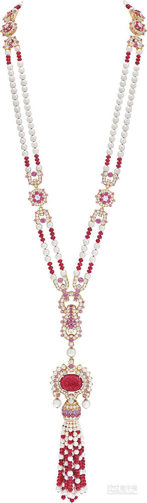 梵克雅寶Priya可轉換式長項鍊,重25.23克拉花卉雕刻紅寶石帶有印度風情,還可化為1條短項鍊及2條手鍊。(梵克雅寶提供)