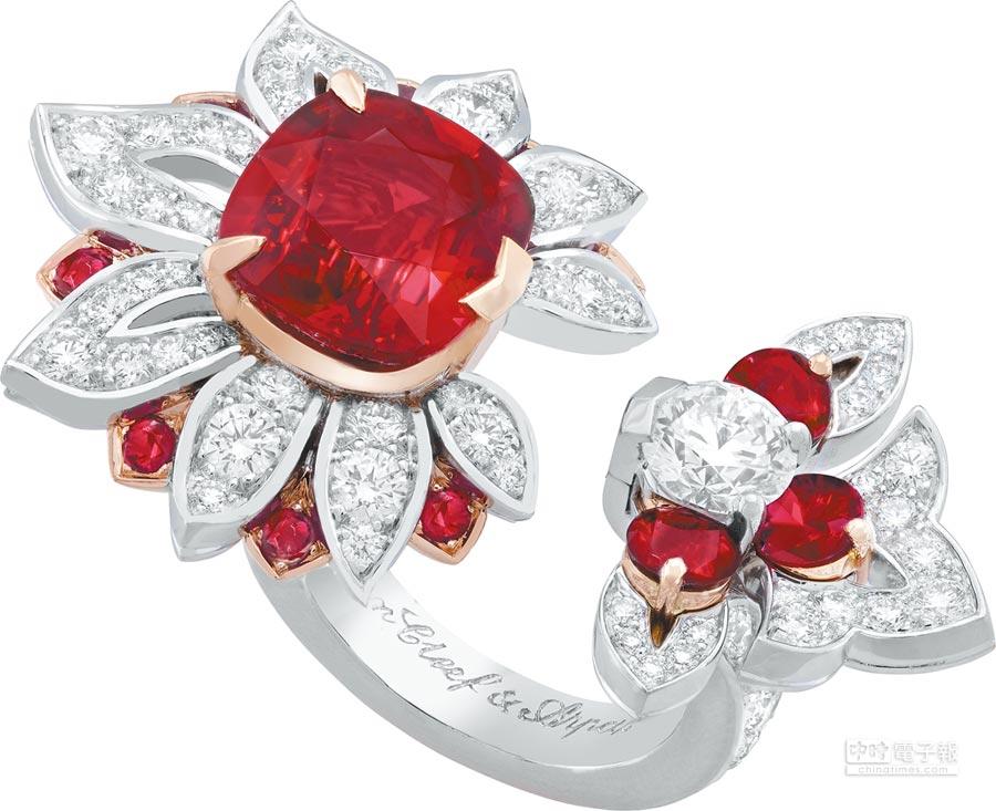 梵克雅寶Kolam Between the Finger Ring指間戒,將印度米穀粒圖案引入設計。(梵克雅寶提供)