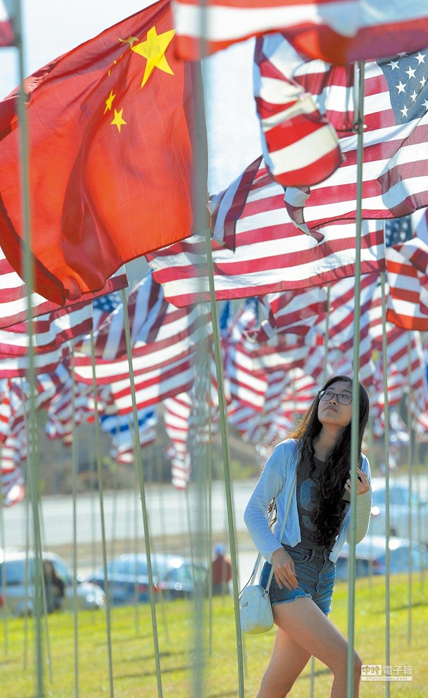 大陸通過《外商投資法》,仍無法消除美方疑慮。圖為五星旗出現在美國國旗中。(中新社)