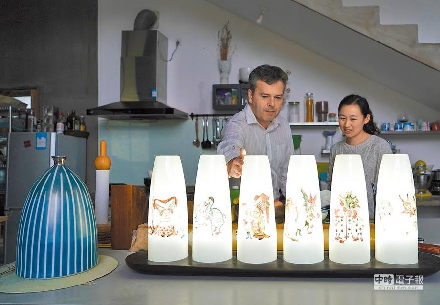 2018年10月23日,來自英國倫敦的物理學博士蓋博天在江西景德鎮開辦陶瓷工作室,向顧客介紹陶瓷燈。(新華社)