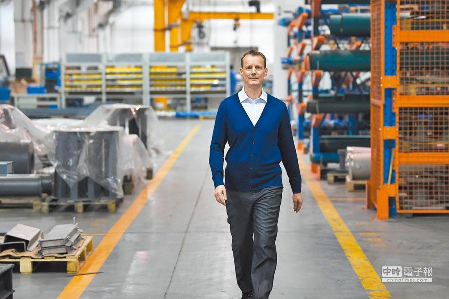2018年10月23日,德商從甘肅蘭州的工廠通道走過。(新華社)