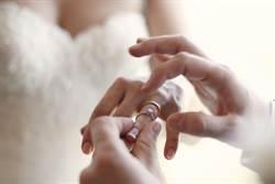 來不及參加婚禮病逝 新娘收到母親最後禮物淚崩
