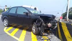 疑車速過快 轎車轉彎不慎衝撞分隔島