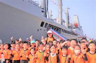 海軍敦睦遠航訓練首泊馬公港 學生雀躍登艦參觀