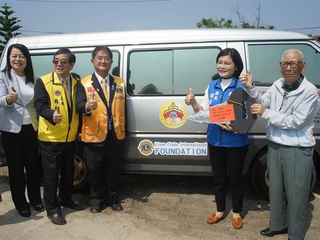 台西鄉溪頂村五分之一是老人,獅子會捐贈醫療車送愛。(張朝欣攝)