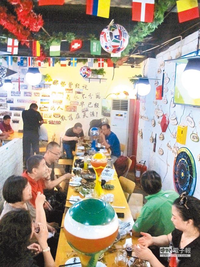 北京市民吃串燒看球賽過夜生活。(中新社資料照片)