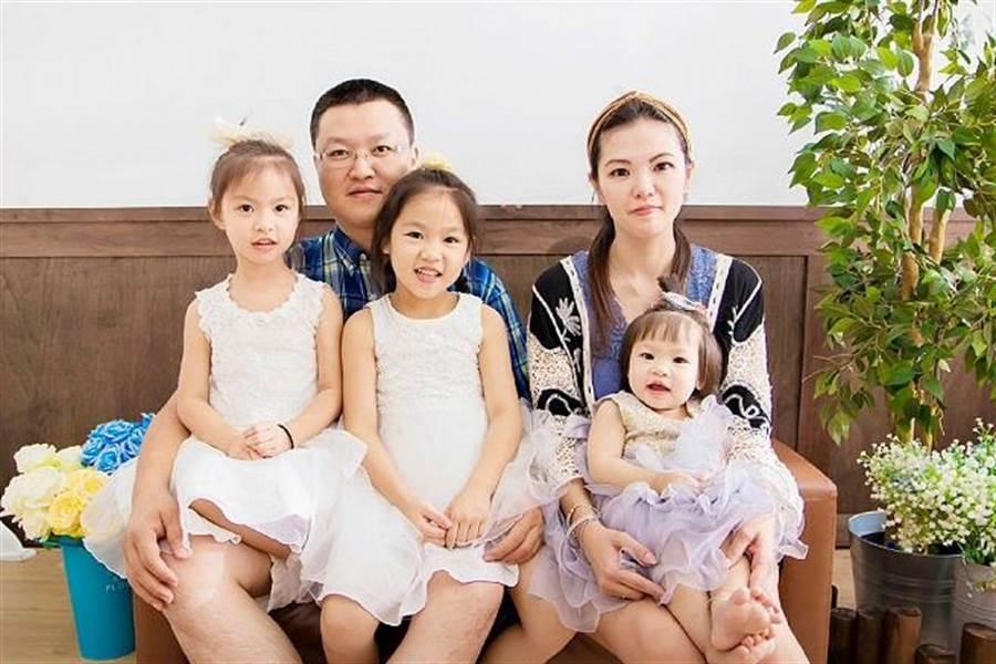 蕭宇瑞樂擁妻子及三千金幸福過生活。(圖/永慶房屋 提供)