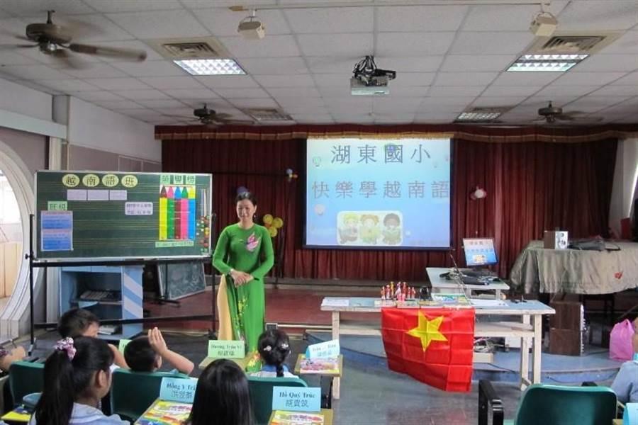 彰化縣湖東國小新住民語文教師阮茶梅穿著越南傳統服裝來上課。(教育部提供)