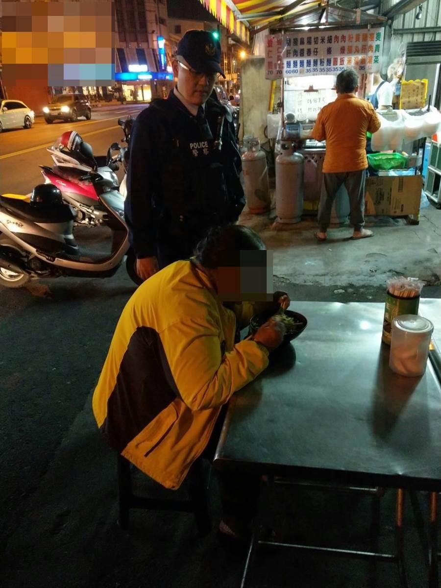 婦人好幾天挨餓,員警暖心掏腰包帶婦人去麵攤吃麵。(張妍溱翻攝)