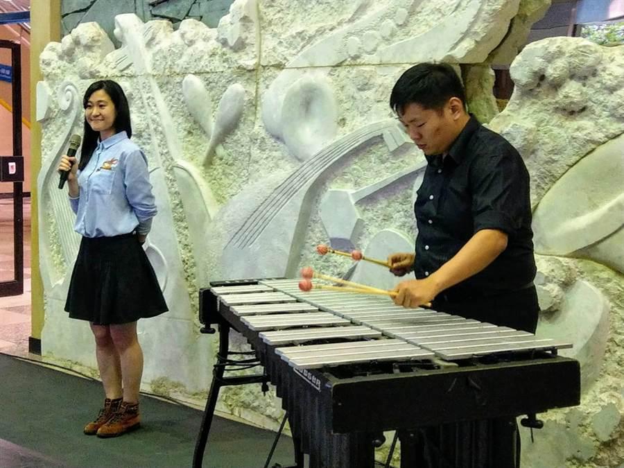 聲子樂集「森之夢」製作人林俊廷以打擊樂與插畫家林芸巧以插畫方式,詮釋「森之夢」。(范振和攝)