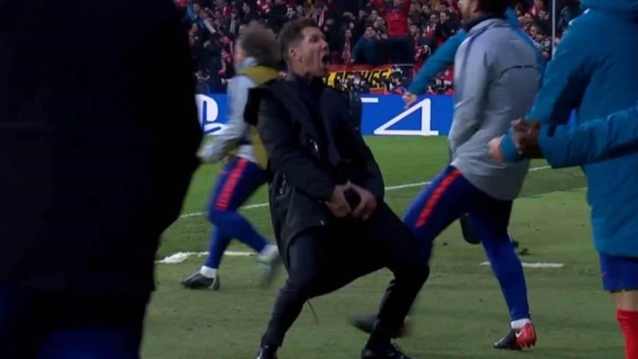 馬競教頭西蒙尼在歐冠16強首回合做出手抓下體的慶祝動作,遭歐足聯罰款2萬歐元。(youtube截圖)