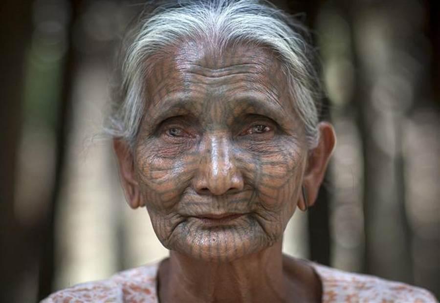 最後一代紋面老婦 緬甸文化正消失…(圖片取自/每日頭條)