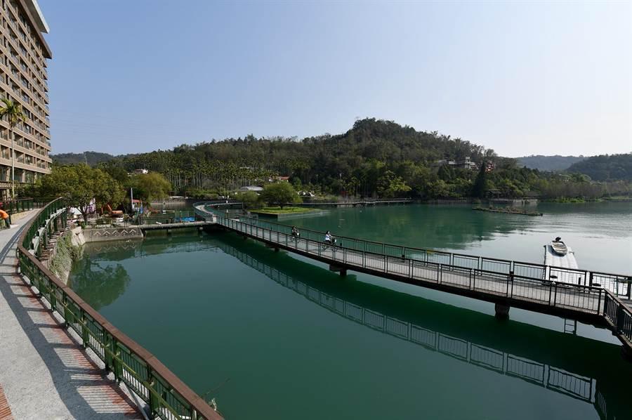 日月潭水位恢復常态,新八景之第三景「水上自行车道」在离水1个月后,又重新回到水域。(沈挥胜摄)