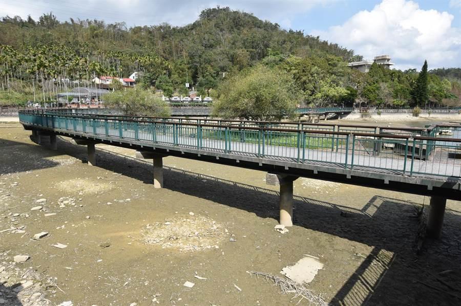 「水上自行车道」上个月因乾旱离水的情形。(沈挥胜摄)