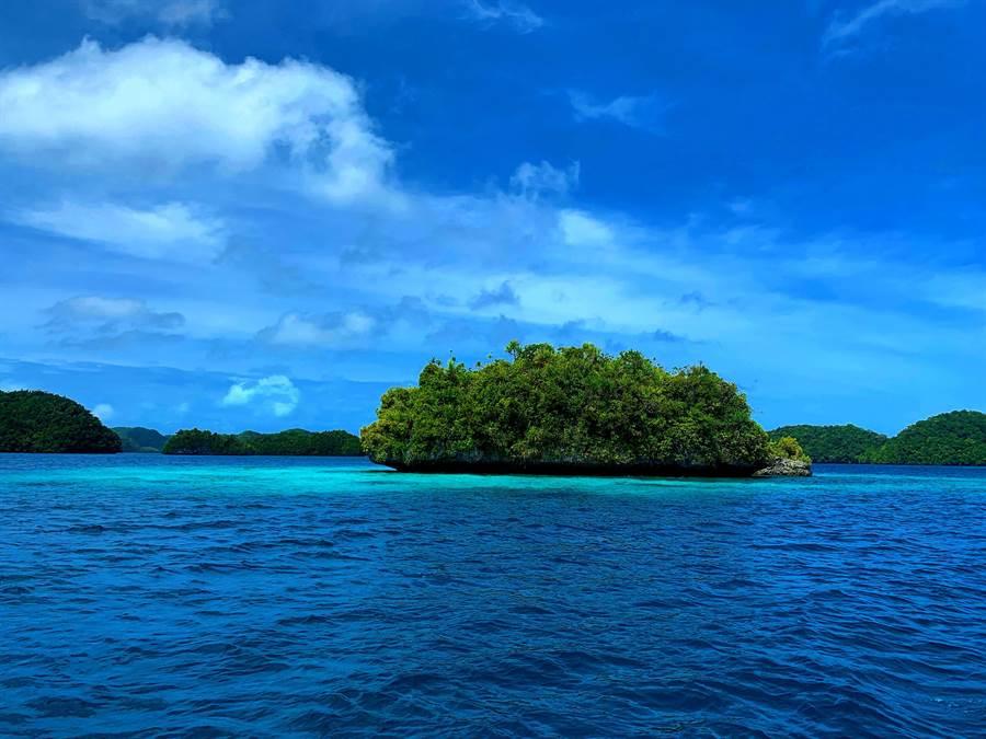 帛琉的碧海蓝天与丰富的海洋生态成为着名的观光胜地(记者林怡宣摄)