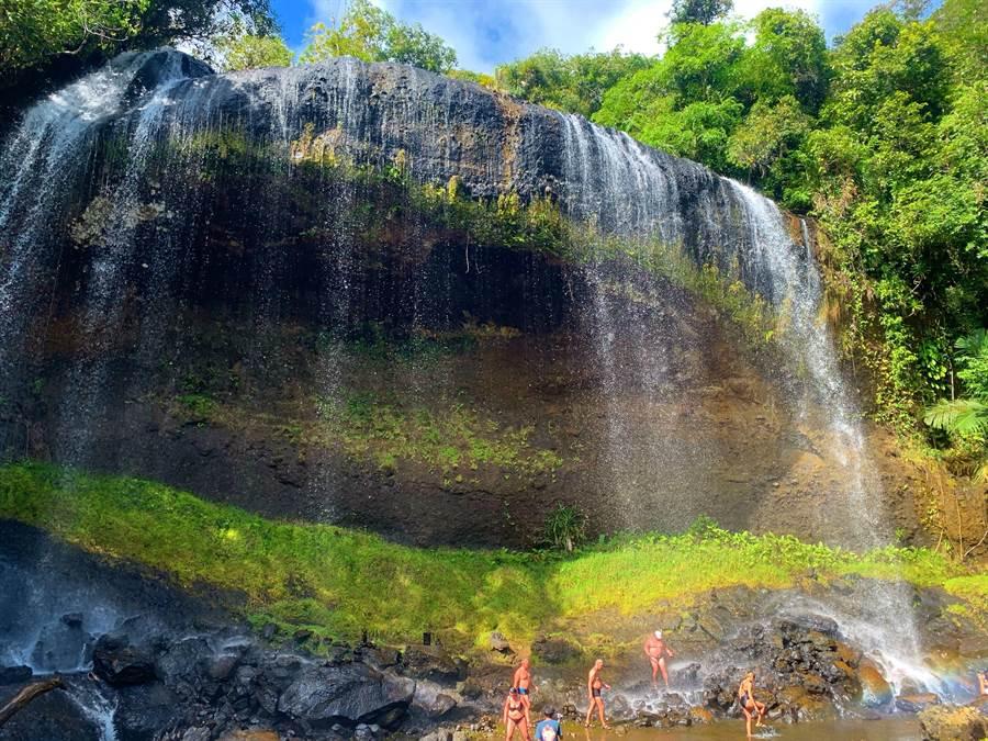 安德貌大瀑布是帛琉北岛必去景点(记者林怡宣摄)
