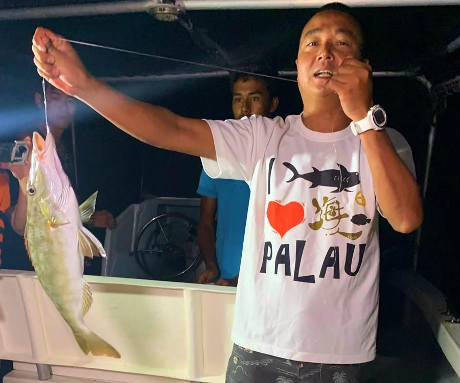 夜钓是来帛琉绝不容错过的夜生活(记者林怡宣摄)