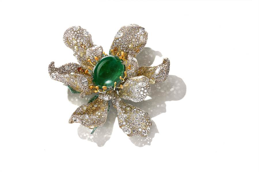 CINDY CHAO珠寶作品「瑪格麗特祖母綠胸針」,主石為重約85 克拉蛋面切割祖母綠。 (CINDY CHAO提供)