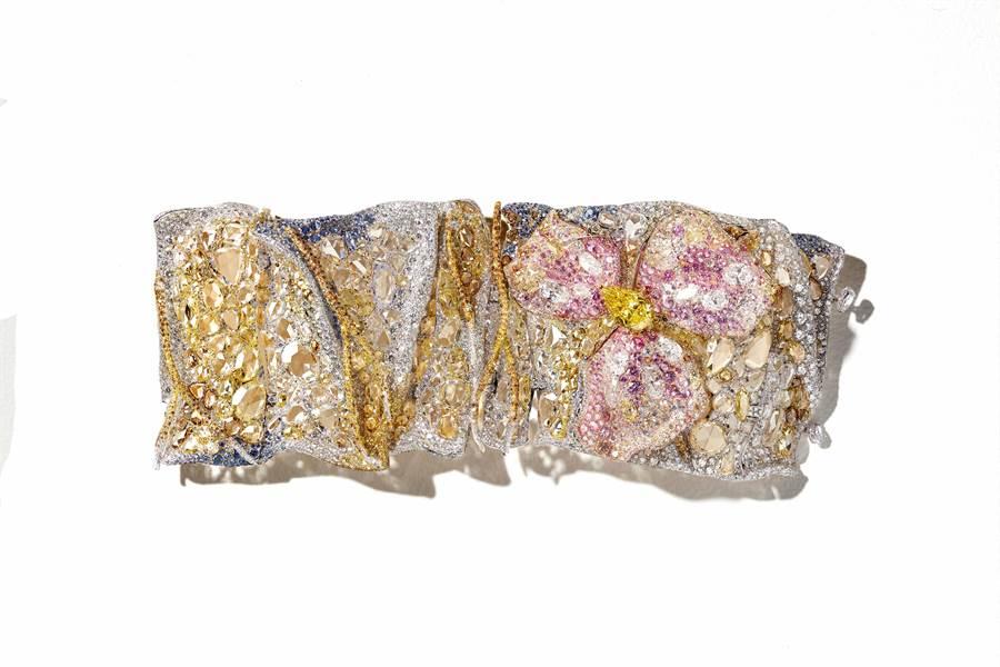 CINDY CHAO珠寶作品「鳶尾花浮雕手環」,歷經六年構思,耗時兩年才完成。(CINDY CHAO提供)