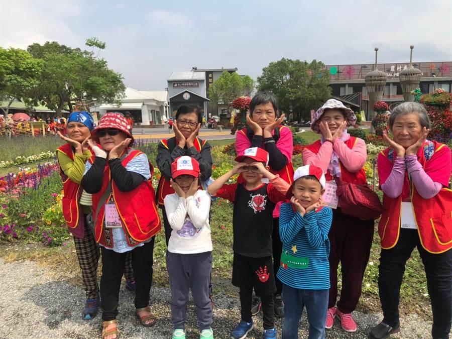 华山基金会台东天使网部今日上午在池上农会举办老人春季郊游。(华山提供)