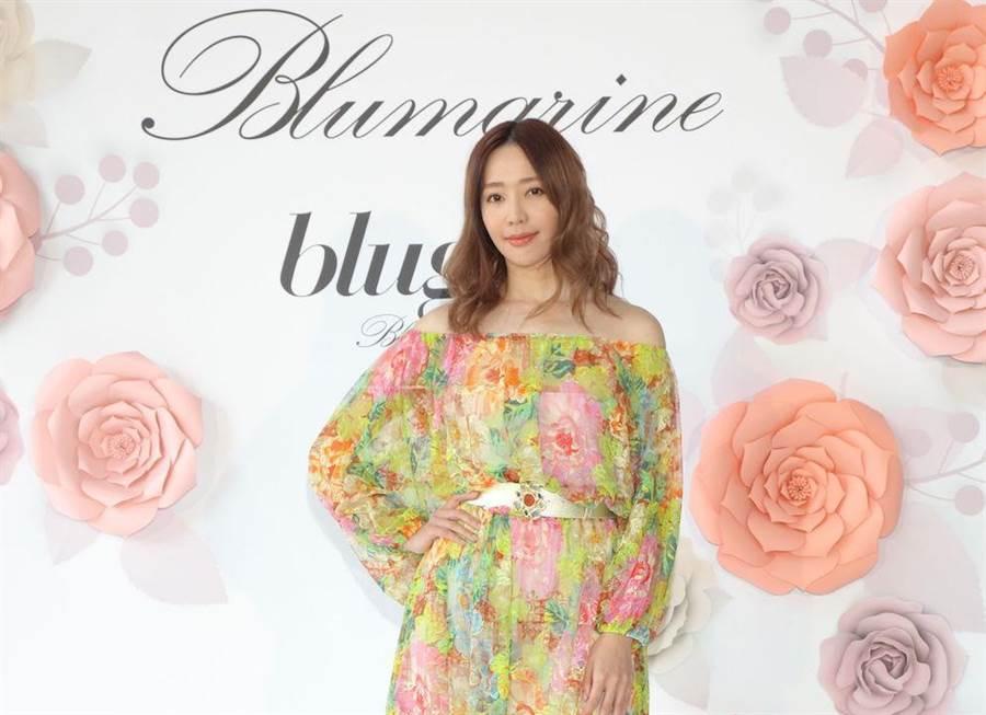 王心恬身上穿的Blumarine黄色花卉平肩洋装,7万4800元。(BLUMARNIE提供)