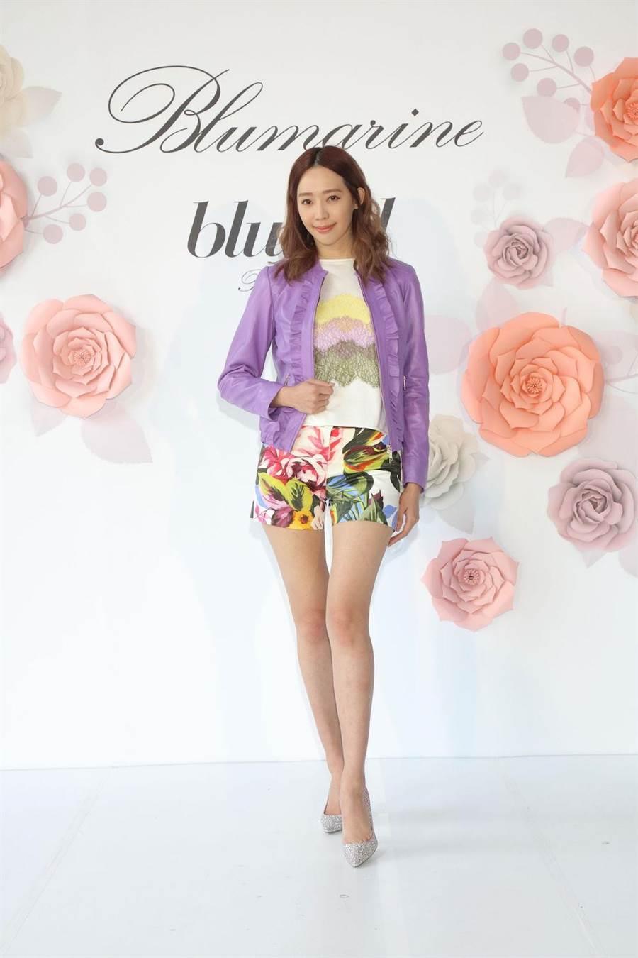 王心恬身上穿的Blugirl紫色皮革外套5万2800元,Blugirl蕾丝装饰T-shirt 2万1800元,Blugirl花卉短裤NT. 1万8800元。(BLUMARNIE提供)