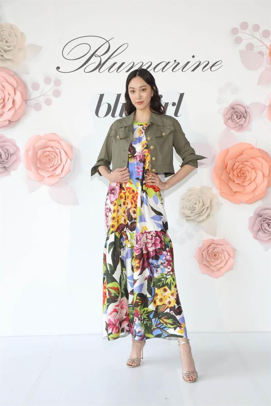 张敏红演译Blugirl军绿色短版外套1万5800元,Blugirl花卉无袖长洋装3万800元。(BLUMARNIE提供)