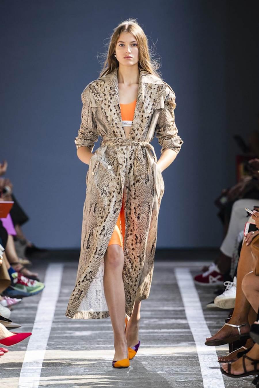 Blumarine长版蛇纹绑带风衣14万元,橘色内搭上衣1万800元,橘色紧身单车裤1万1800元。(BLUMARNIE提供)