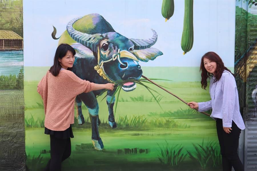 最近很夯的「大屯保安彩繪村」,有30多幅展現農村特色的彩繪,其中還有數幅3D視覺效果的作品,都是遊客拍照打卡熱點。(劉秀芬攝)