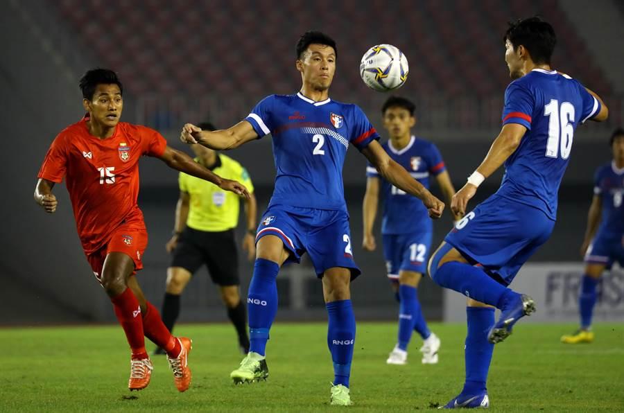 效力於香港元朗俱樂部的後衛王睿(中)為中華隊先發上場。(緬甸足協提供)