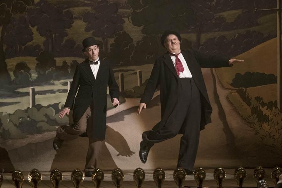約翰萊利(右)、史帝夫庫根呈現和本尊相似度百分百的舞蹈場面。(采昌提供)