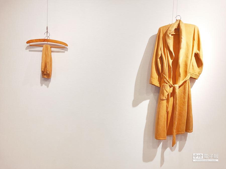藝術家楊北辰於2004年木雕作品《浴袍》,現在市價為250萬,現正在「浪潮–臺灣具象木雕藝術50年」中展出。(麗寶文化藝術基金會提供)