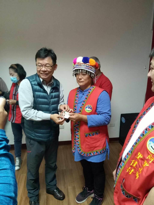林管處主任李志珉頒發獵人證給女獵人。(嘉義林管處提供)