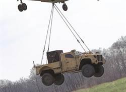 美軍對JLTV越野車空投測試