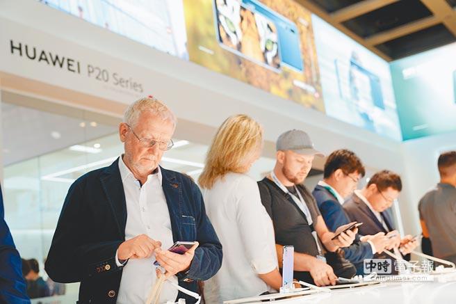 遭美國全面封殺,華為用軟實力突圍。圖為2018年8月31日,民眾在德國柏林ifa展上體驗華為手機。(中新社)