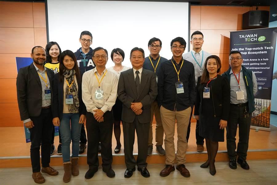 中科管理局局長陳銘煌(中)協助新創團隊將創新技術或服務鏈結業界,提供團隊國際新創資源計畫。(盧金足攝)