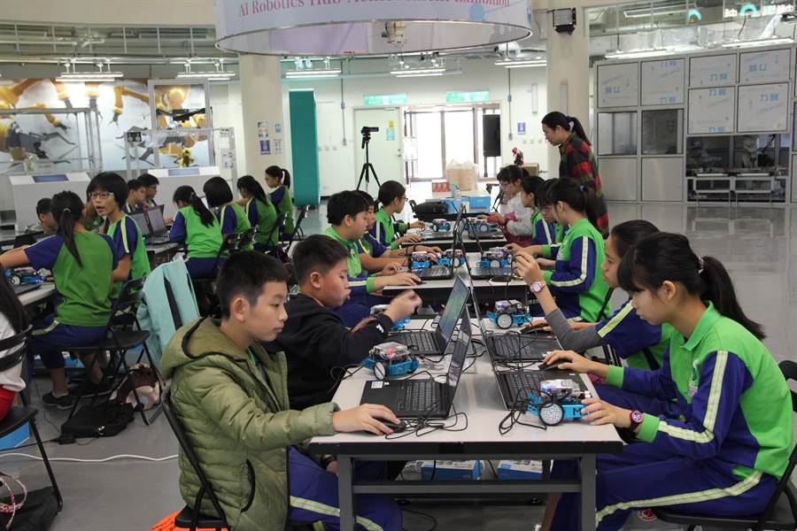 扎根校園!台中市國安國小學生在智慧機器人自造基地參加「mBot 體驗營」。(盧金足攝)