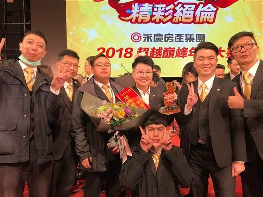 吳亞倩(右三)找到屬於自己的經營方法,成功奪下2018年度商圈成交王第4名。(圖/永慶房屋提供)