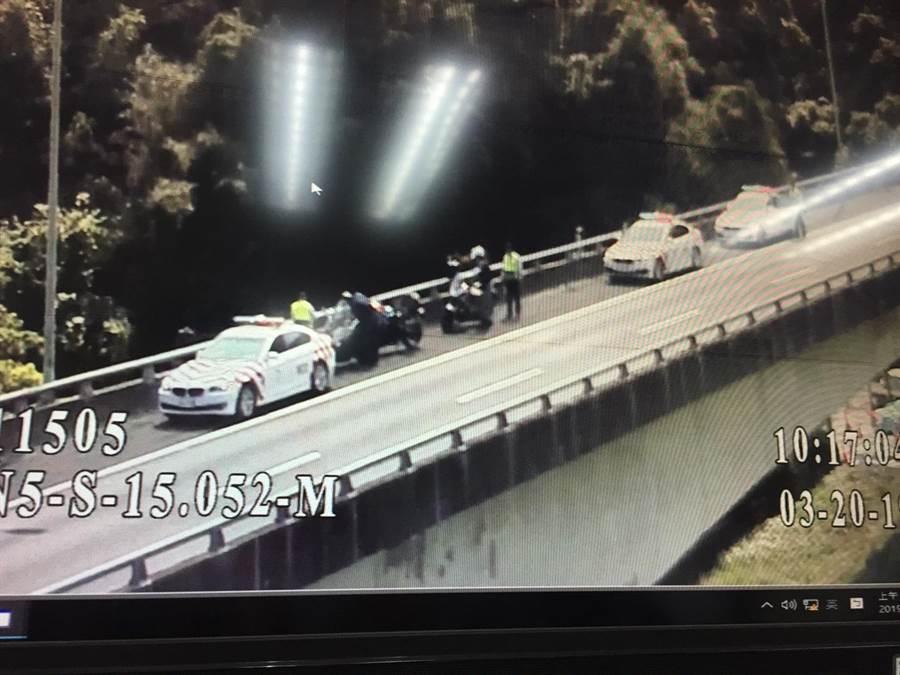 3名大陸籍人士騎乘重機誤闖國道,遭國道警察攔下。(國九隊提供)