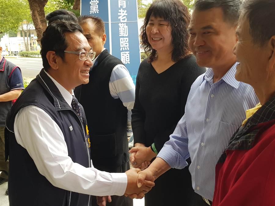湖口乡长林志华(左)20日到县党部登记参选立委,与到场力挺的民眾逐一握手。(徐养龄摄)