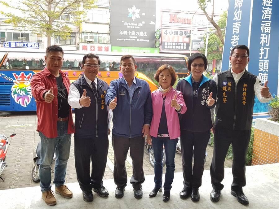 林志华(左二)20日到县党部登记参选立委,湖口5名议员合体力挺。(徐养龄摄)