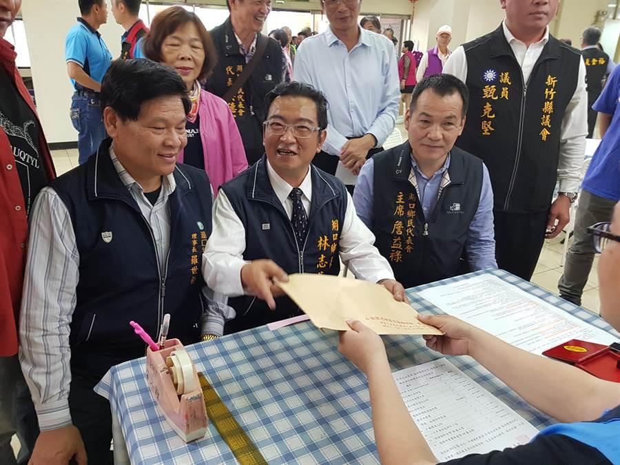 林志华(前中)20日到县党部登记参选立委。(徐养龄摄)