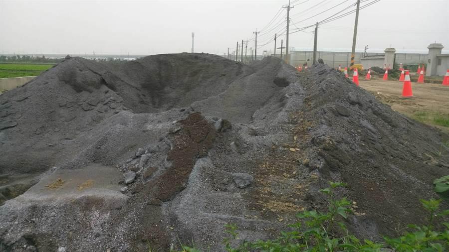 雲林高鐵站南側道路工程使用焚化爐底渣過濾後的「再生粒料」作為基底層,縣議員陳俊龍質疑有汙染之虞。(周麗蘭翻攝)